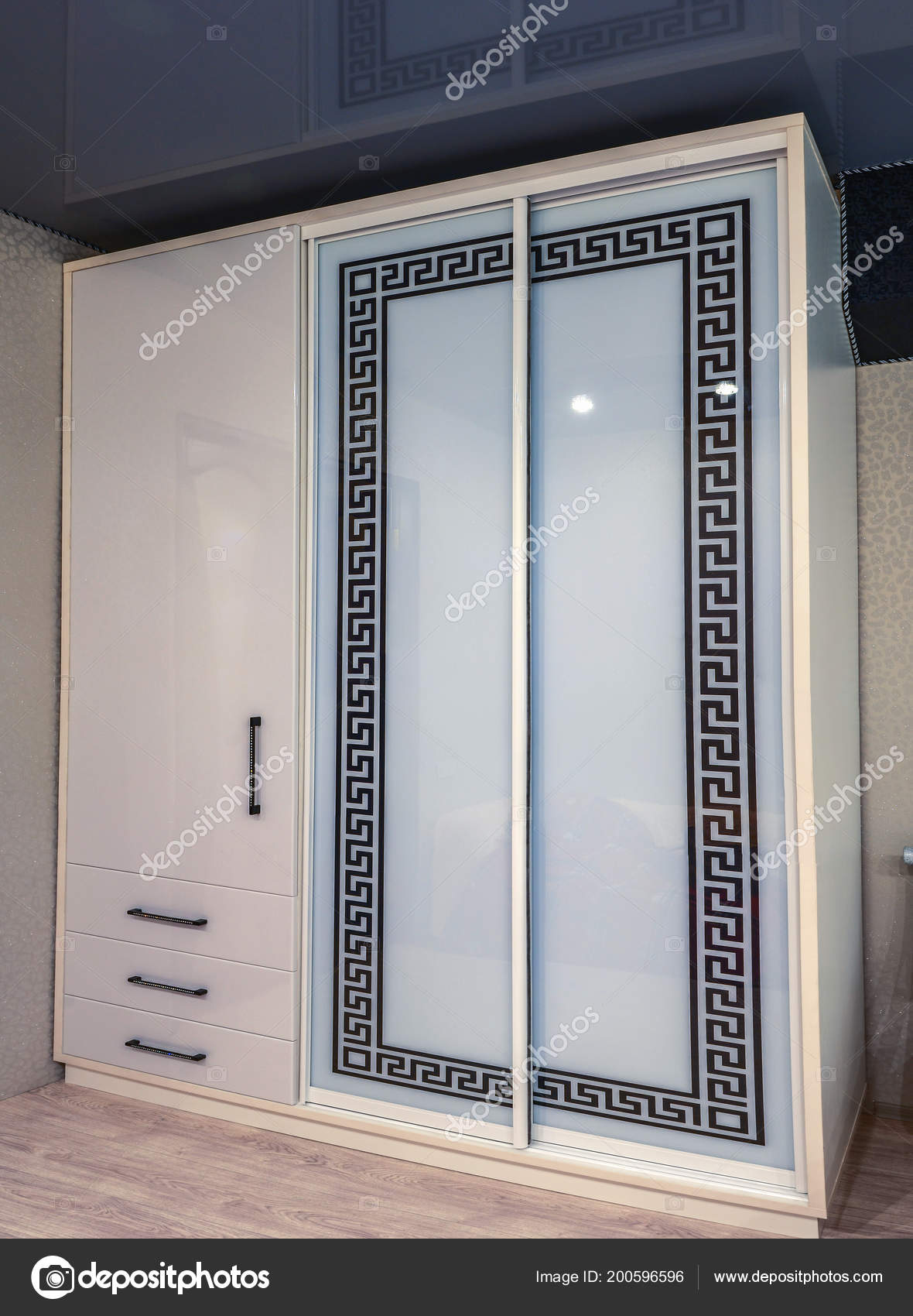 Armadio Con Ante Scorrevoli In Vetro.Bianco Armadio Scorrevole Con Ante Scorrevoli In Vetro Foto Stock