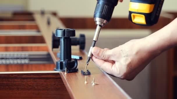 Meister Tischlerei Installiert Die Anlage Für Die Möbelbeine Auf Das