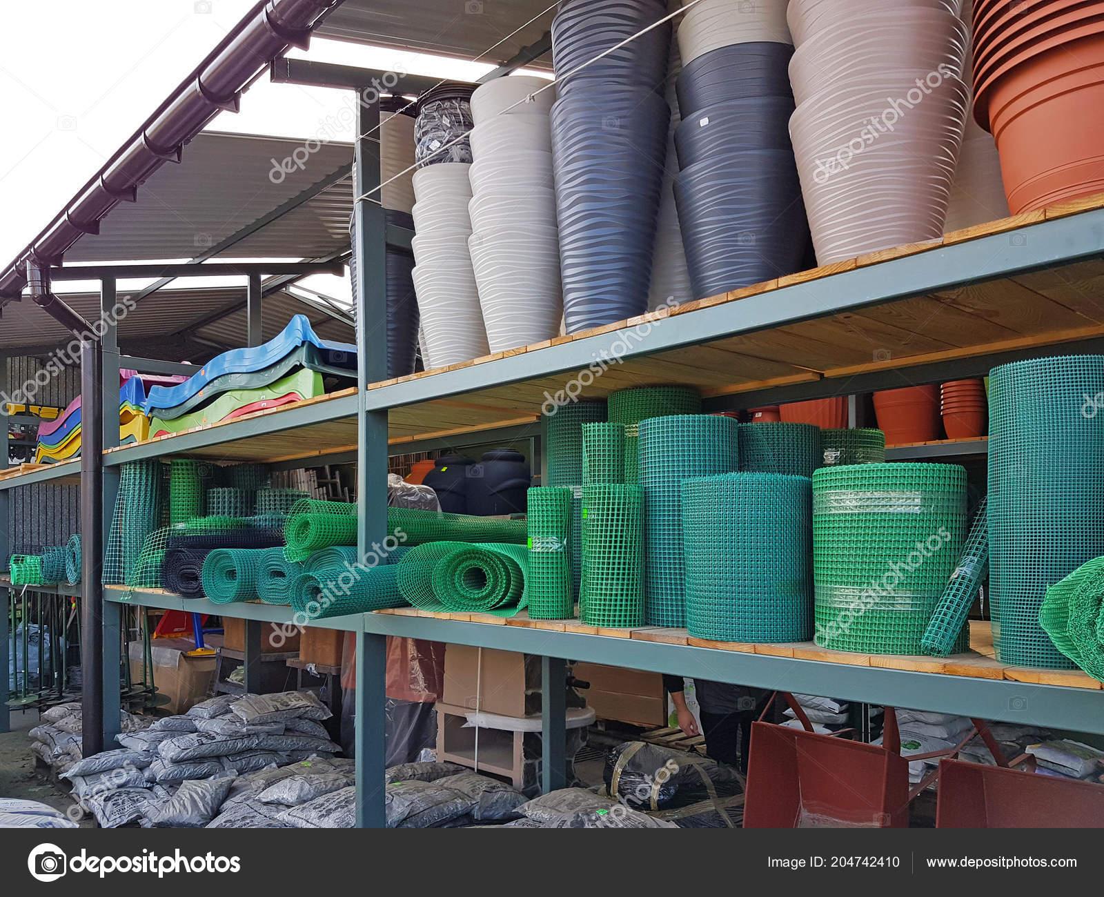 Regal Regal Mit Bunten Kunststoff Produkte Für Den Garten Und