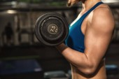 Tón! Oříznutý snímek fitness ženy se silnými tónovaný tělo v sportovní dělá biceps kadeře cvičení v tělocvičně copyspace cvičení motivace životní styl zdraví aktivní odborná