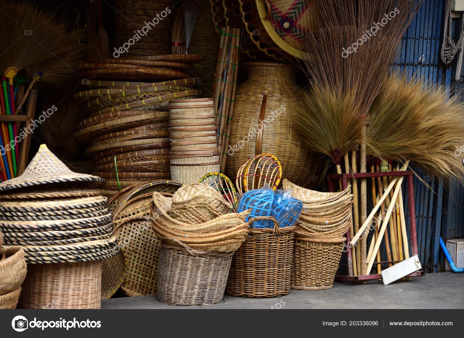 00fd38dd9ce0 Rattan vagy bambusz kézműves kézzel készített, természetes szalma kosár.  Fonott kosár Thai kézműves. Ez az fonott bambusz textúra a háttér és a  design.