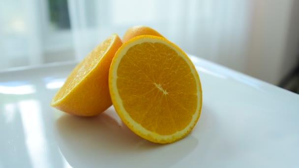 Oranžové řezy vypadají lahodně. Zblízka. Zdravé stravování, diety concept.Composition s řadou bio zeleniny a ovoce. Vyvážená strava. Barevné čerstvé ovoce na bílém pozadí