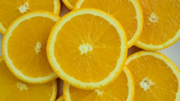 Fette darancia ha un aspetto deliziosi. Mix di frutta. Frutta fresca da vicino. Healthy eating, dieta concept.Composition con una varietà di ortaggi biologici e frutta. Dieta equilibrata. Variopinto della frutta fresca su priorità bassa bianca