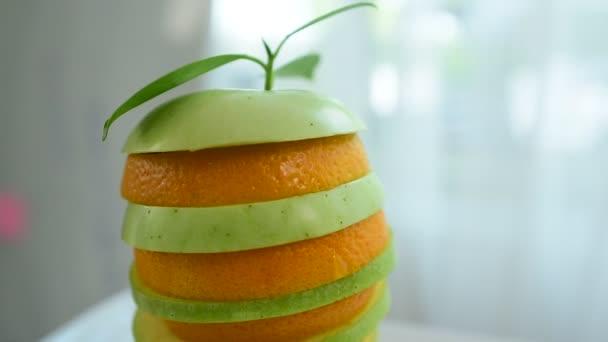Jablko a pomeranč nakrájíme na vrstvy rozvrhnout krásně. Citronová šťáva z trhu Jezte dobře. Zdravé stravování, diety concept.Composition s řadou bio zeleniny a ovoce. Vyvážená strava. Barevné čerstvé ovoce na bílém pozadí