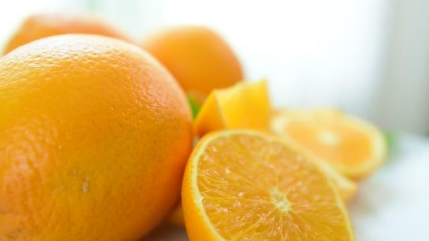 Oranžové řezy vypadají lahodně. Zblízka. Zdravé stravování, diety concept.Composition s řadou bio zeleniny a ovoce. Vyvážená strava. Barevné čerstvé ovoce na bílém pozadí.