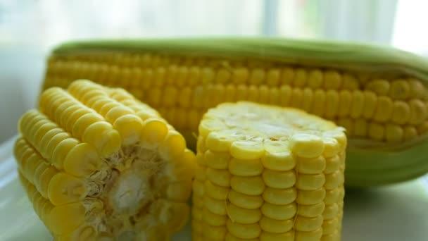 Čerstvé kukuřice z farmy. Rozmixujte ovoce. Čerstvé ovoce zblízka. Zdravé stravování, diety concept.Composition s řadou bio zeleniny a ovoce. Vyvážená strava. Barevné čerstvé ovoce na bílém pozadí