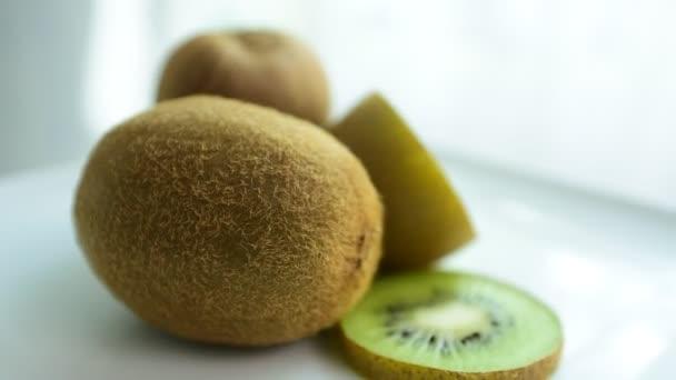 Kiwi řez z trhu. Zblízka. Zdravé stravování, diety concept.Composition s řadou bio zeleniny a ovoce. Vyvážená strava. Barevné čerstvé ovoce na bílém pozadí.