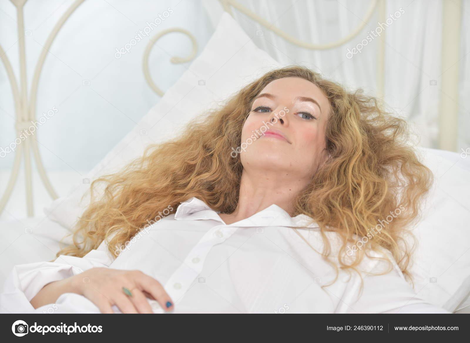 b5ef2219ca Retrato de una mujer joven y sexy hermosa y feliz. La ley de la mujer con  gestos cuando se levanta por la mañana