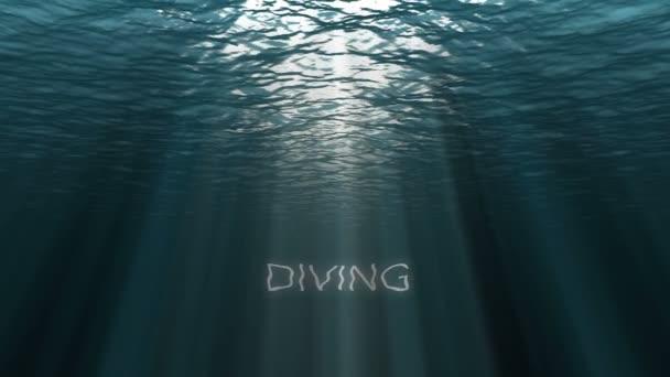 Die dunkelblaue Oberfläche des Ozeans von Unterwasser aus gesehen. abstrakte fraktale Wellen unter Wasser und Sonnenstrahlen, die mit Texttauchen durchscheinen