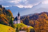 Herbst in den Alpen. Bild der bayerischen Alpen mit Marienkirche und Watzmann bei schönem Herbstsonnenuntergang.