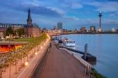 Düsseldorf. Stadtbild von Düsseldorf, Deutschland mit dem Rhein bei Sonnenuntergang.