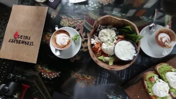 Prima colazione. Caffè e panini e insalata