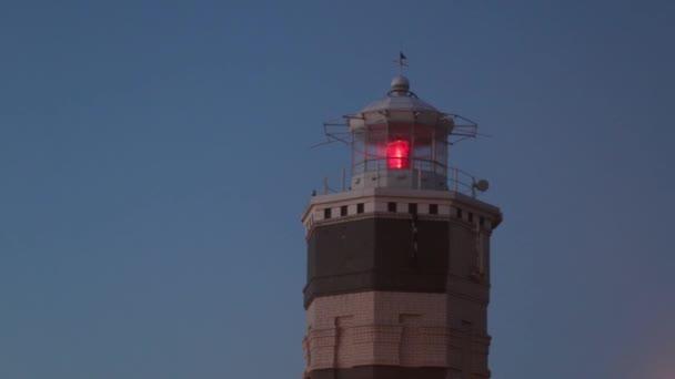 Leuchtturm aus nächster Nähe. Abendblick. Rotlicht