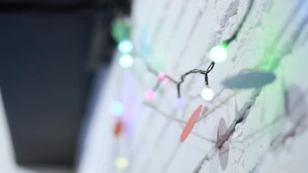 Žárovky věnec zblízka. Elektrická žárovka svítí zavěšení na zeď jako dekorace pro dovolenou zblízka