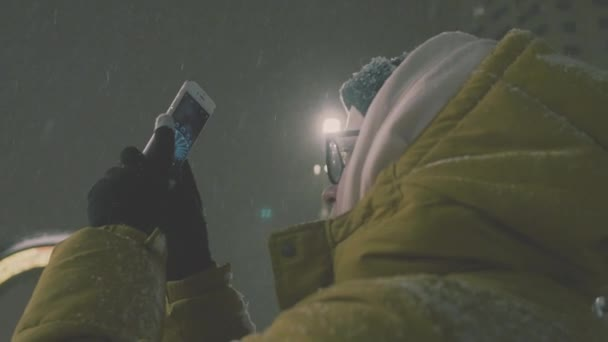 Nő a bevétel mozi-ra Smartphone. 4 k. lány élvezi téli ünnepek