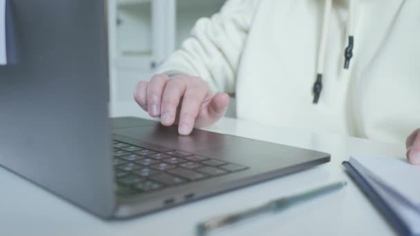 Ženská ruka v počítači touchpad na webu