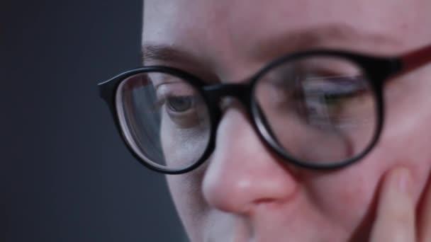 žena oko vypadá monitor, surfování Internet