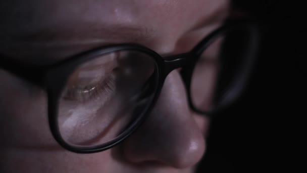 Üzletasszony tükörképe fényszemüveg koncentrált dolgozó internet laptop tabletta női szeme közelről nő a pohárban internet segítségével éjjel. Lány nézett kijelző érintőképernyő számítógép-monitor