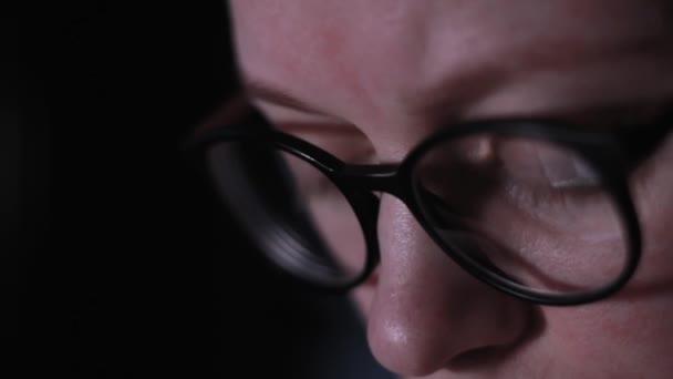 Žena odraz lehkých brýlí soustředěný na internetový laptop oči ženy v brýlích v noci využívají Internet. Dívka s pohledem na obrazovku monitor