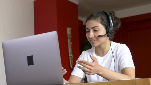 Detailní záběr mladé indické ženy pracující online konferenční hovor, školení s lidmi, používání počítače. Světlý pokoj doma