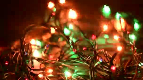 Abstraktní rozmazané vánoční světla Bokeh v podobě vloček pozadí. Blikající vánoční stromeček světélka. Zimní prázdniny