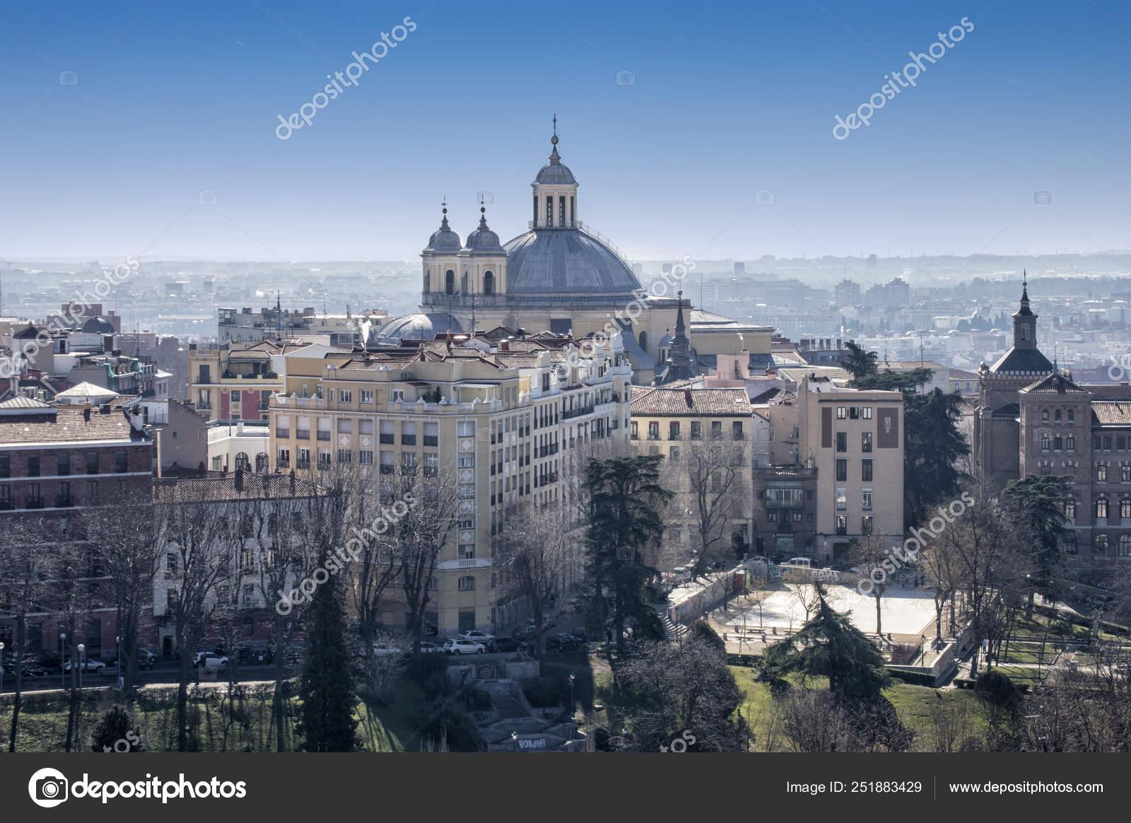 Vista Edificios Una Calle Céntrica Una Terraza Madrid España