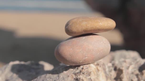 bilance oblázky kameny zásobníku věž proti moři.