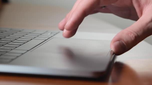 Ember használja hordozható számítógépét és munkáját, a touchpad