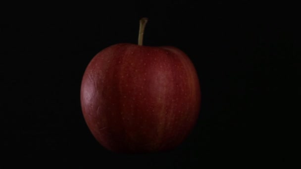 červené jablko, předení na černém pozadí, samostatný