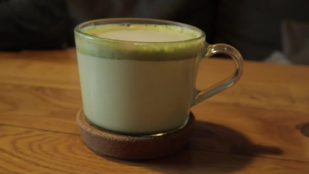 Matcha zöld tea latte a Cup-on étterem vagy kávézó. Egészséges ital