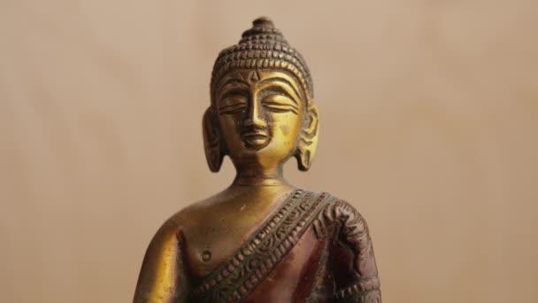 Buddhova bronzová tvář ozářená denním světlem