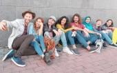 Skupina happy přátel, přičemž inteligentní selfie s mobilní telefon fotoaparát - tisícileté mladých lidí baví focení pro nové trendy sociální sítě - multirasové, technologie, koncepce životního stylu mládeže