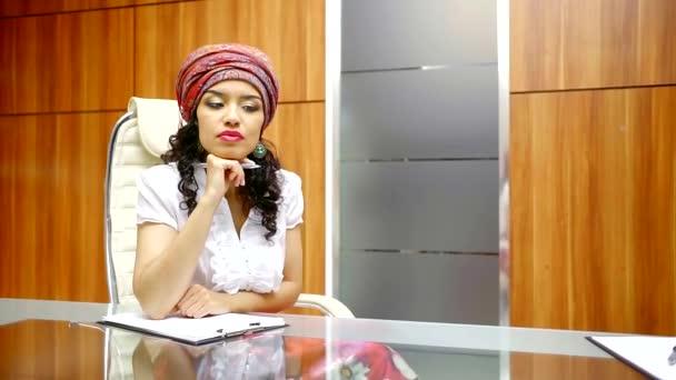 eine hübsche und junge Frau mit lockigem Haar Zeichen Dokumente, arbeitet die Dame als Leiter der Kanzlei
