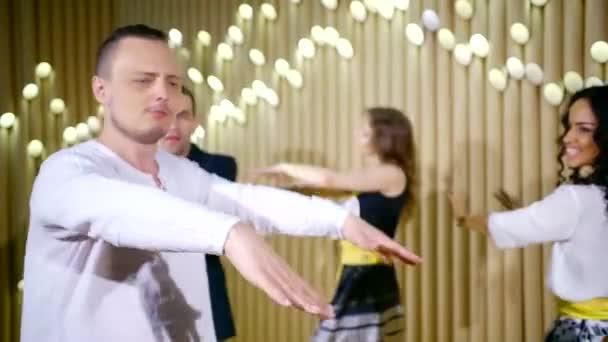 Detailní záběr záběr šťastných lidí krouží na jevišti tančí spolu
