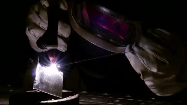 Profesionální svářečka pomocí argonu svařovací stroj na kovové díly.