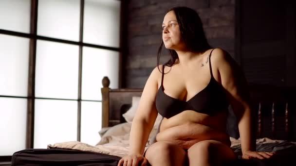 seksualnoe-bele-dlya-pozhiloy-dami-video