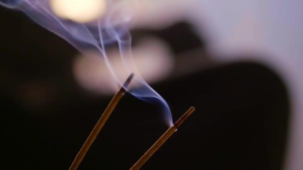 a Spa szalon, a háttérben a fuzzy illatos égő ragaszkodik, a mester és az ügyfele, a gyakorlatban a test