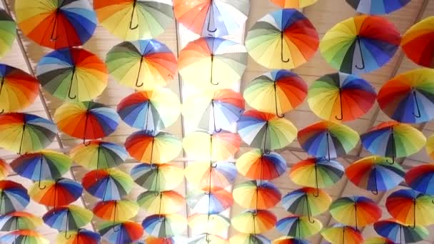 instalace na střeše. barevné deštníky