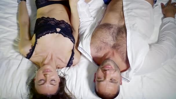 Jung und sexy Paar in der Liebe. Schönen halbnackten Mann und ein Mädchen umarmen. Sinnlichen und leidenschaftlichen paar