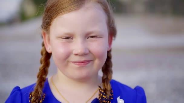zblízka. portrét roztomilá dívka. zrzavé vlasy copánky