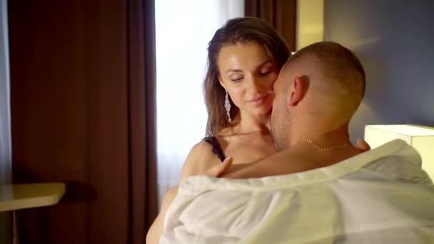 junge Liebende küssen und lieben einander in der Zeit der Intimität