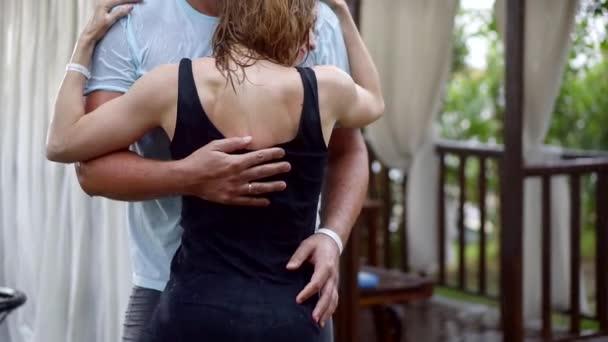 Супруга друга видео, секс она стонет он кончает внутрь