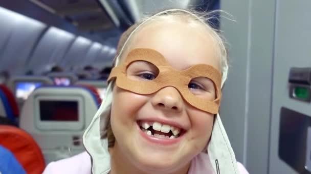 lustige Kinder-in den Gläsern der Pilot schaut in die Kamera und ...