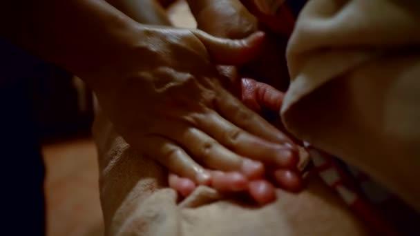 Meister ist Palm entspannte Frau auf einem Tisch, traditionelle therapeutische Massage massieren.