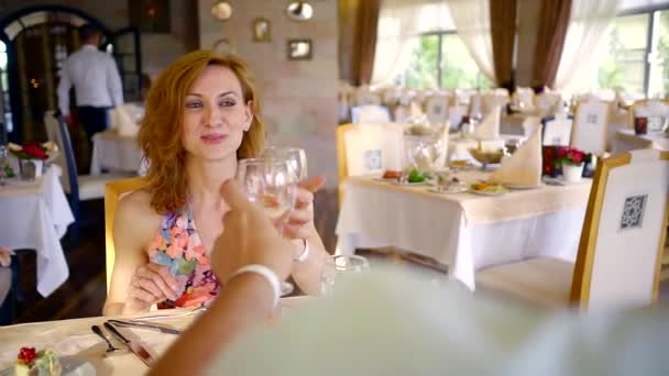 Ehepaar klickt mit Champagner auf sein Glas und isst im Sommertag im Luxus-Restaurant