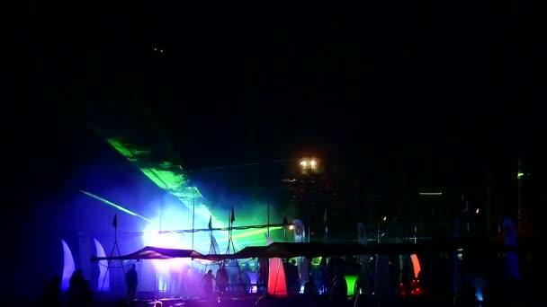 noční diskotéka s lasery na pláži letoviska