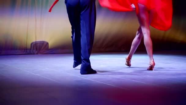 professionelle Tänzer auf der Bühne tanzen lateinamerikanischen Tanz in rotem Kleid und roter Hose