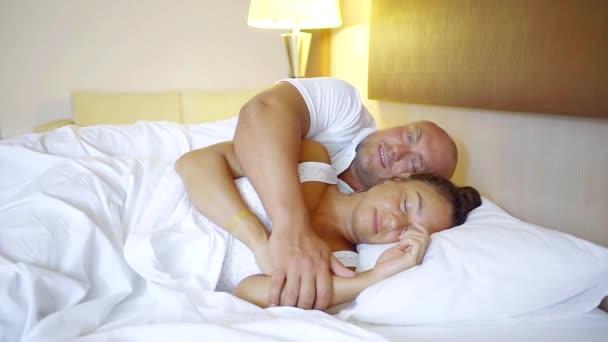 Muž a žena probudí v hotelovém pokoji na dovolené společně