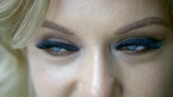 Detailní pohled krásné ženské modré oči s živými make-up a falešné řasy, Žena se dívá