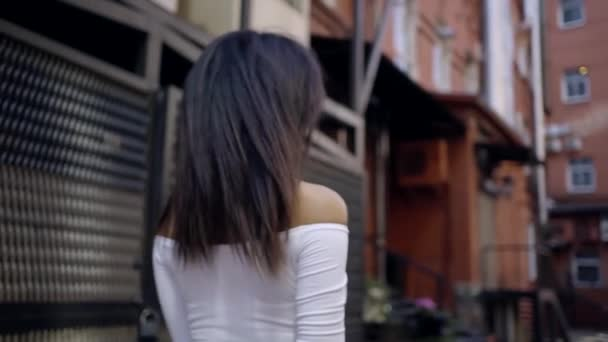 detail. portrét mladé Africké dívky procházka po průmyslové části starého města. piercing pohled s hlavou obrací na kameru